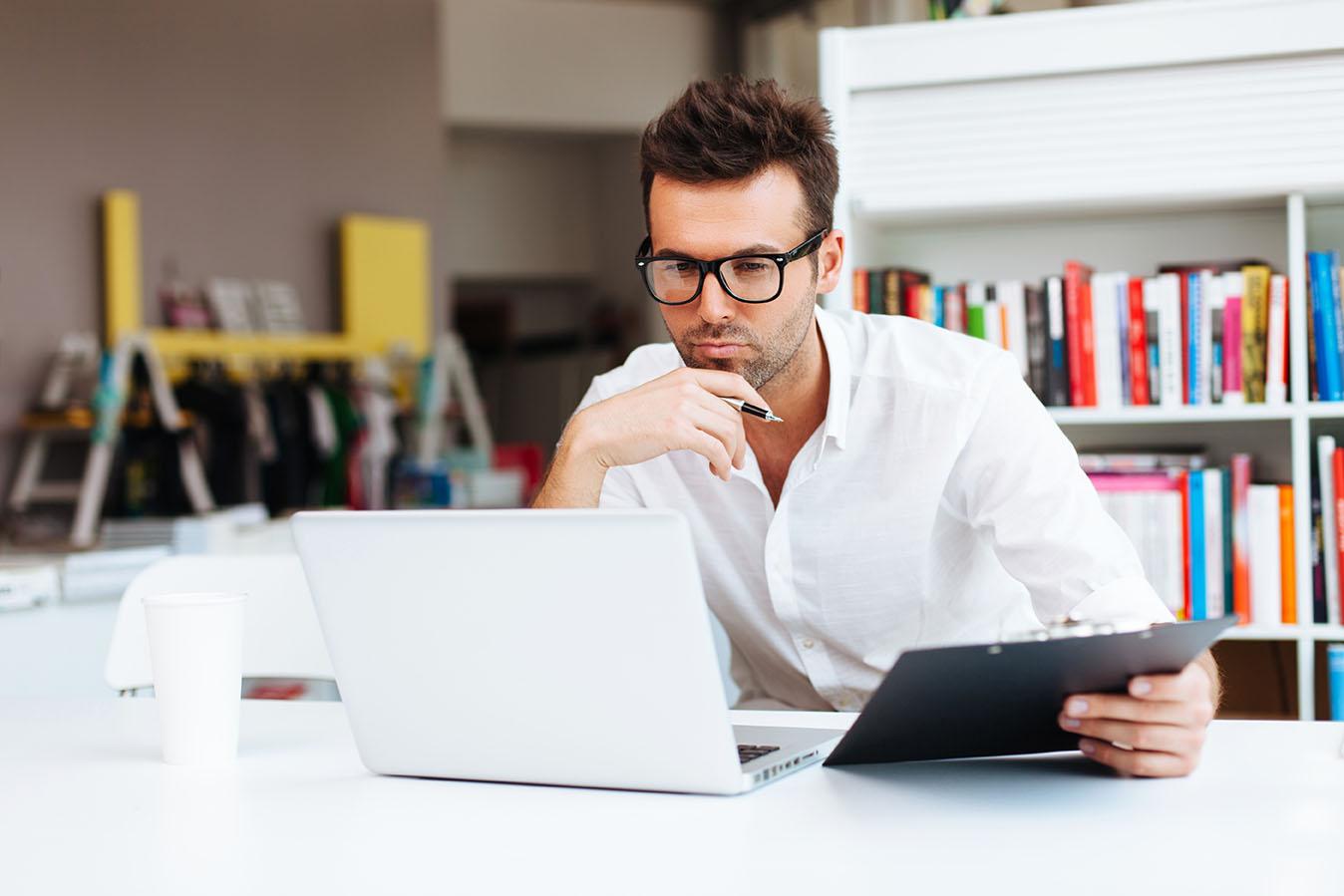 man computer - Veja os 7 Erros Mais Comuns Cometidos na Declaração de Imposto de Renda