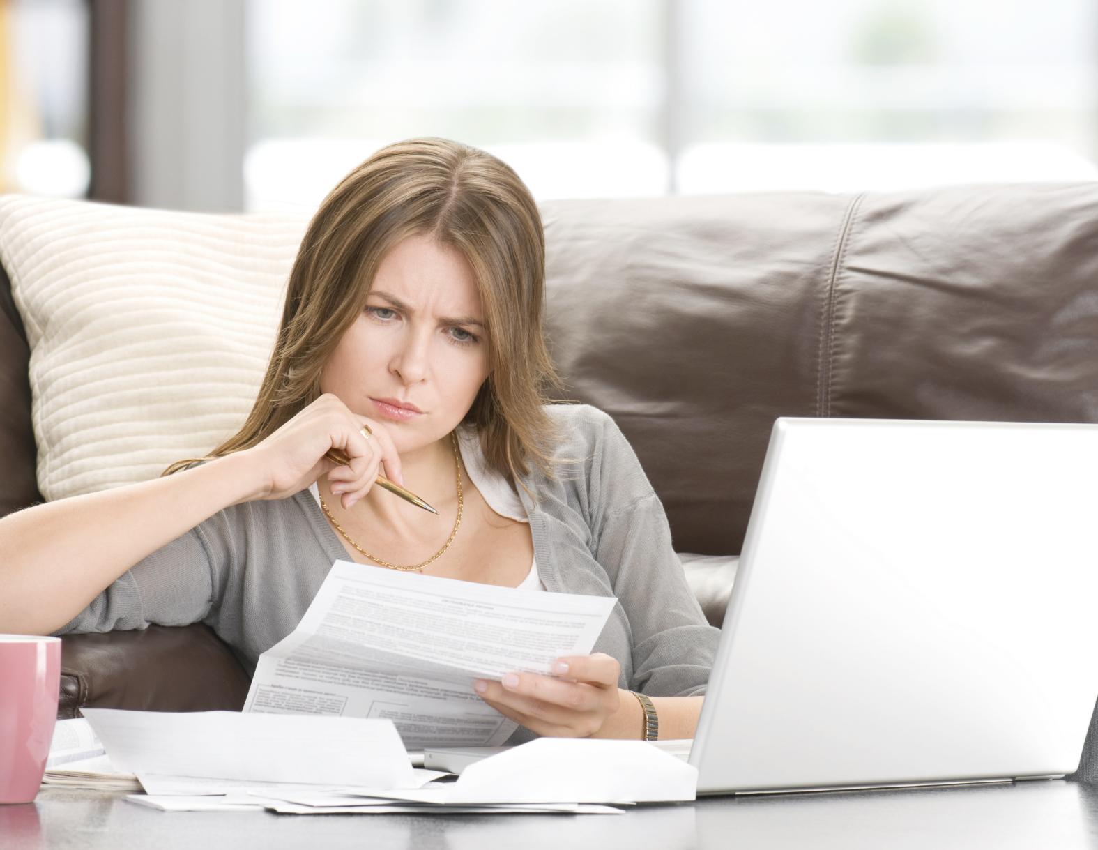 woman and finances - 7 Documentos Fiscais Que a Empresa Deve Ter Em Dia
